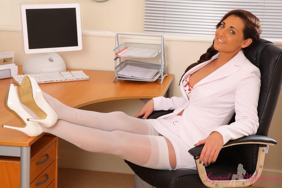 Видео секс с шикарной секретаршей напротив